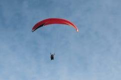 在天空的滑翔伞 图库摄影
