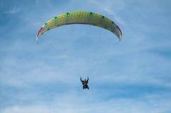在天空的滑翔伞 免版税库存图片