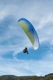 在天空的滑翔伞 免版税图库摄影