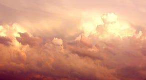 在天空的紫色积雨云在风暴以后 图库摄影