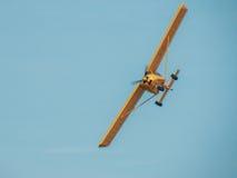 在天空的黄色飞机 库存照片