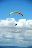 在天空的黄色滑翔伞。 免版税库存照片