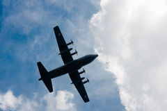 在天空的C-130赫拉克勒斯 免版税库存照片