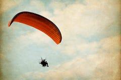 在天空的Paramotor与云彩 免版税库存照片