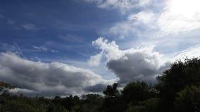 在天空的timelapse摄制的迅速运动的风雨如磐的云彩 影视素材