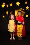 在天空看守人服装的孩子有望远镜的 免版税库存图片