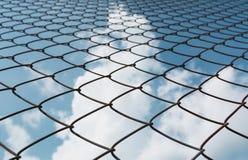 在天空背景下的生锈的链节篱芭 抽象closeu 库存照片