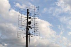在天空背景的一个老天线 免版税库存图片