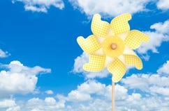 在天空背景的五颜六色的黄色轮转焰火 库存照片