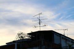在天空背景的亚洲乡间别墅或家庭乡下剪影黑暗 库存图片