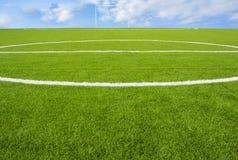 在天空背景的人为草皮橄榄球场绿色 库存图片