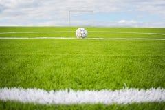 在天空背景的人为草皮橄榄球场绿色 图库摄影