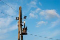 在天空背景的传输塔 线路次幂 输电 输电 免版税库存图片
