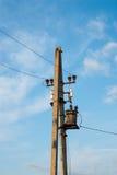 在天空背景的传输塔 线路次幂 输电 输电 库存图片