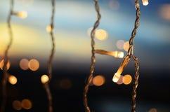 在天空背景的圣诞灯 库存图片