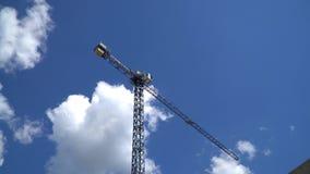 在天空背景的塔吊 股票视频