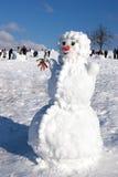在天空背景的大雪人 免版税库存照片