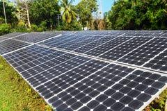 在天空背景的太阳电池板 免版税库存图片