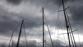 在天空背景的帆柱  图库摄影