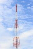 在天空背景的手机塔 库存图片