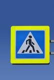 在天空背景的标志行人交叉路  免版税库存图片