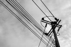 在天空背景的电压线 黑白过滤器 免版税图库摄影