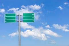 在天空背景的空白的绿色交通路标 免版税库存照片