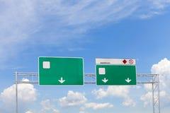 在天空背景的空白的绿色高速公路路标 图库摄影