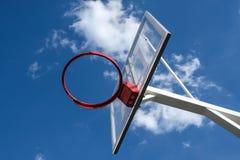 在天空背景的篮球篮子 库存图片