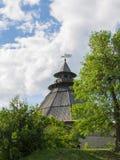在天空背景的老塔在古老俄国城市 库存图片