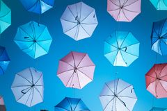 在天空背景的色的开放伞 免版税库存照片