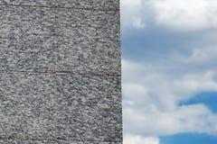 在天空背景的花岗岩墙壁 库存图片