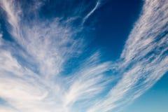 在天空背景的蓝天美好的云彩样式 免版税库存图片