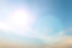 在天空背景的被弄脏的五颜六色的日落bokeh 免版税图库摄影