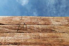 在天空背景的被猛撞的地球墙壁物质纹理 免版税库存图片