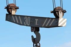 在天空背景的金属起重机 库存图片
