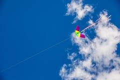 在天空背景的风筝飞行 库存图片