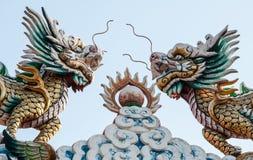 在天空背景的龙带头的独角兽 免版税库存照片
