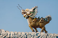 在天空背景的龙带头的独角兽 免版税库存图片