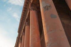 在天空背景的建筑专栏 免版税库存照片