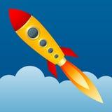 在天空背景的黄色火箭  动画片样式 蓝色云彩图象彩虹天空向量 免版税图库摄影