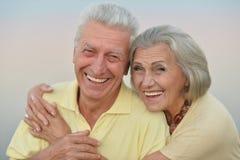 在天空背景的年长夫妇  库存图片