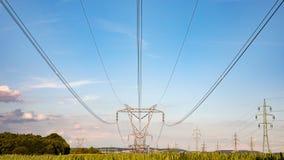 在天空背景,送电线塔的高压定向塔 免版税图库摄影