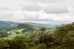 在天空蔚蓝上的绿色montain 植被是绿色的 免版税图库摄影