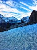 在天空蔚蓝下的雪 与雪的冬天横向 自然场面在手段的天在山 库存图片
