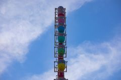 在天空蔚蓝后的弗累斯大转轮在游乐场在御台场东京 免版税库存照片