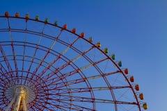 在天空蔚蓝后的弗累斯大转轮在游乐场在御台场东京 免版税图库摄影