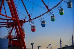 在天空蔚蓝后的弗累斯大转轮在游乐场在御台场东京 免版税库存图片