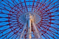 在天空蔚蓝后的弗累斯大转轮在游乐场在御台场东京 库存照片