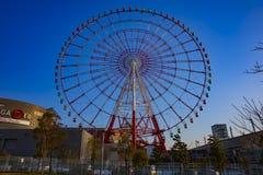 在天空蔚蓝后的弗累斯大转轮在游乐场在御台场东京 库存图片